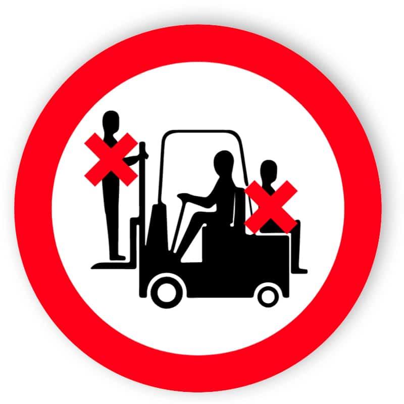 Mitfahren auf Gabelstapler verboten