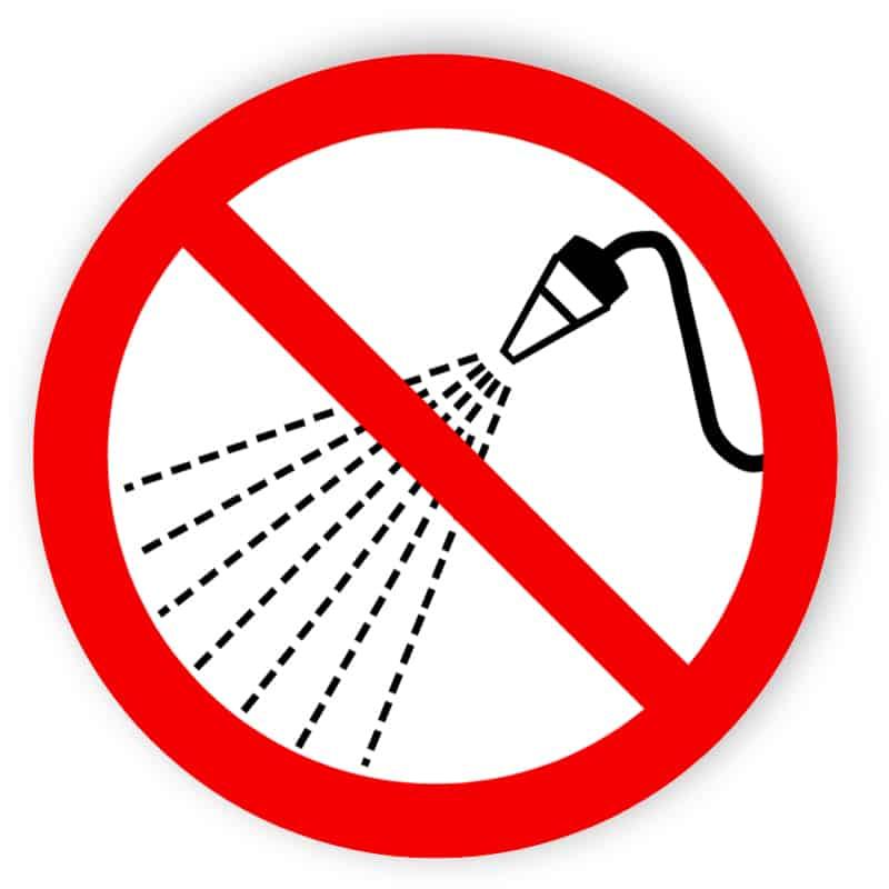 Mit Wasser spritzen verboten