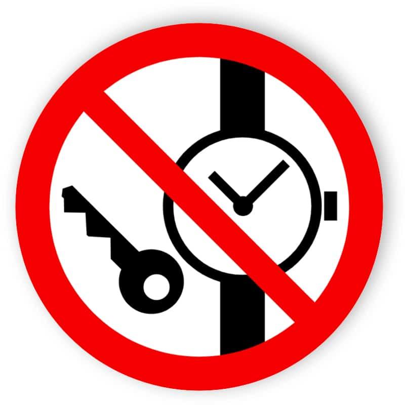 Mitführen von Metallteilen oder Uhren verboten
