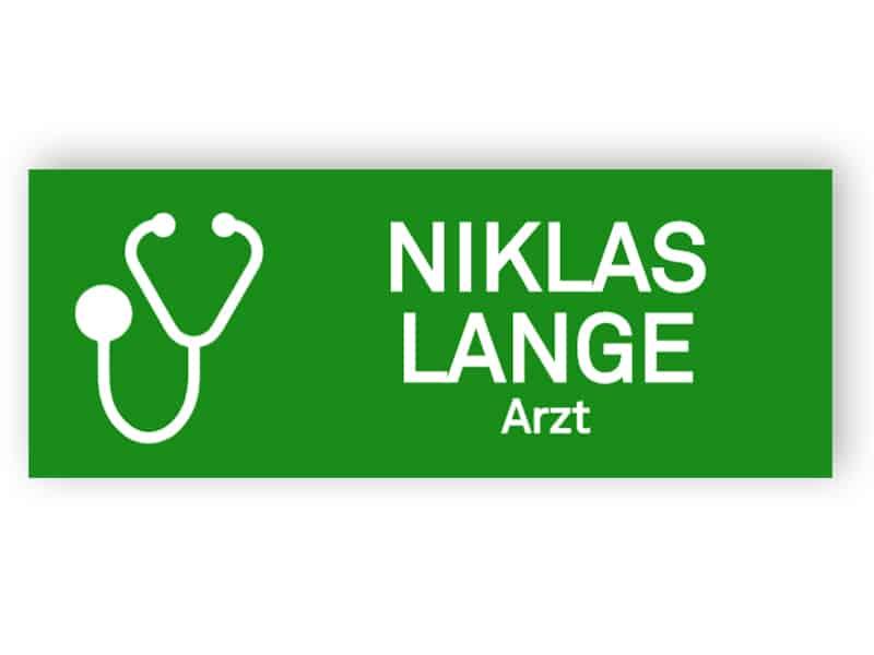 Grünes Namensschild für Arzt