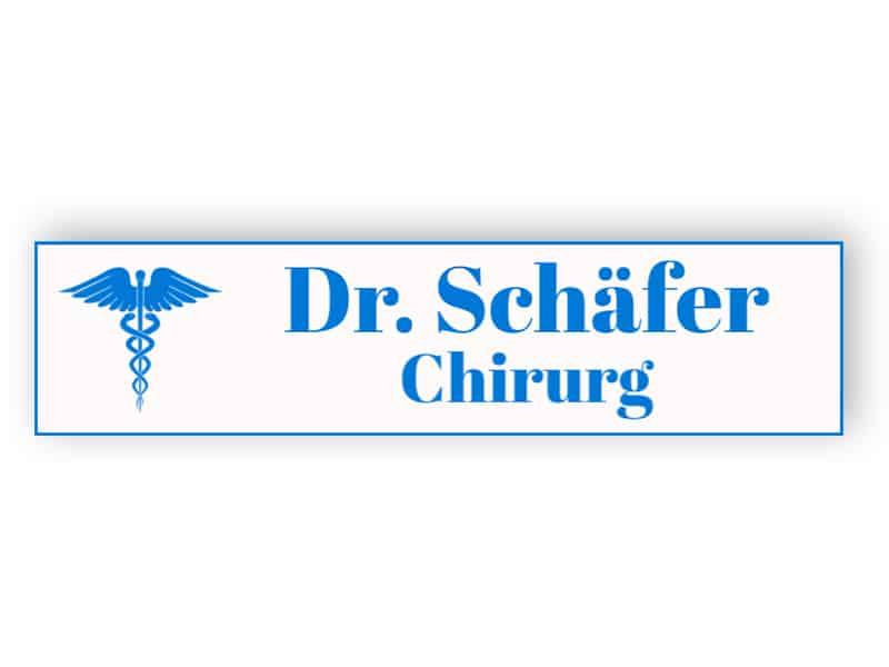 Weiß mit blauem Namensschild für Arzt