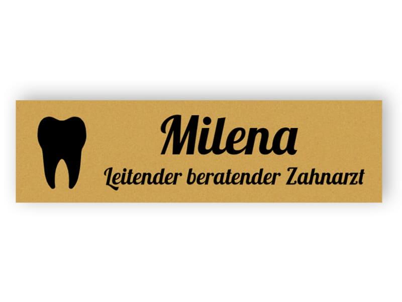 Goldenes Namensschild für Zahnarzt