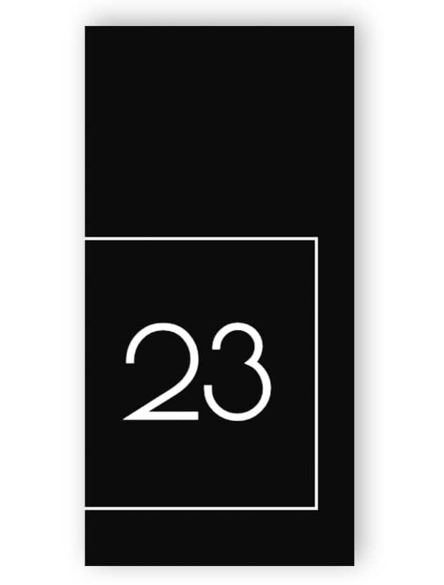 Schwarz-weiße rechteckige Türnummer