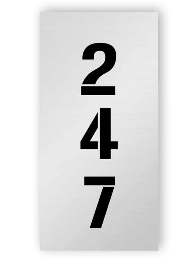 Silberne rechteckige Türnummer